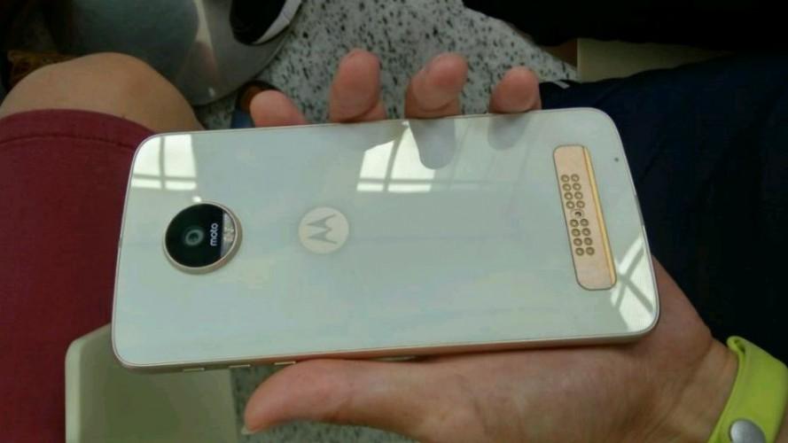 Lenovo Moto Z Play w białej wersji kolorystycznej